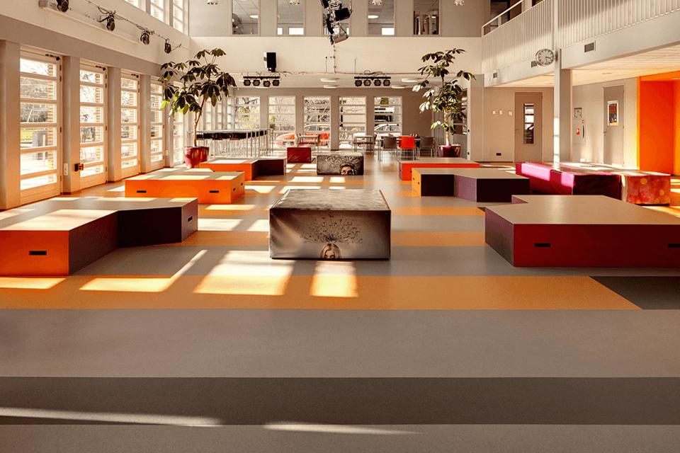 Pardoseala PVC cu design personalizabil pentru biblioteci sau centre de cercetare