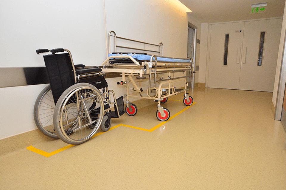 Pardoseala din PVC cu traseu demarcat pentru holuri si cai de acces unitati medical-sanitare